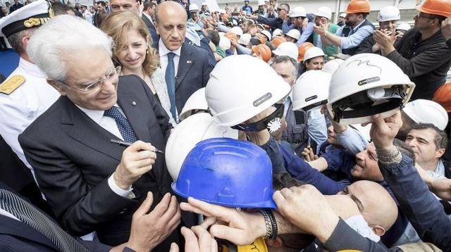 Varo nave Trieste, Mattarella firma i caschi degli operai Fincantieri (Ansa)