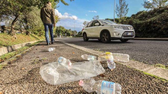 Rifiuti di plastica abbandonati per strada