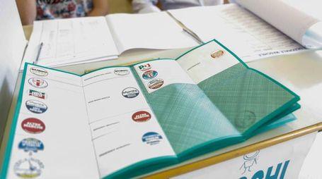 Una scheda elettorale fotografata in un seggio elettorale ad Ancona durante le elezioni regionali, 31 maggio 2015. ANSA/ BALLARINI