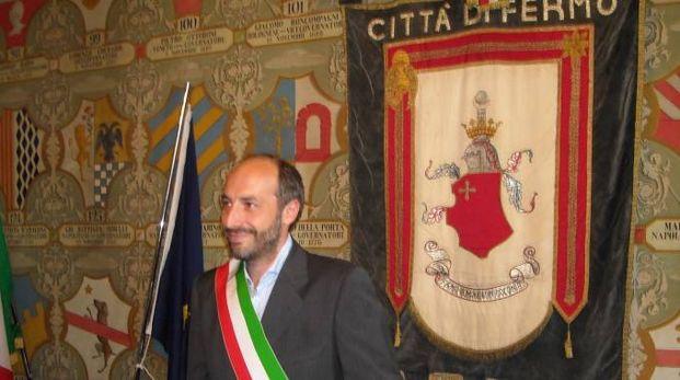 Fermo, il sindaco Paolo Calcinaro appena indossata la fascia tricolore