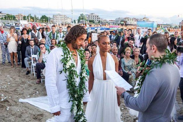 Matrimonio In Spiaggia Rimini : Kelly joyce matrimonio da star in mezzo al mare cronaca