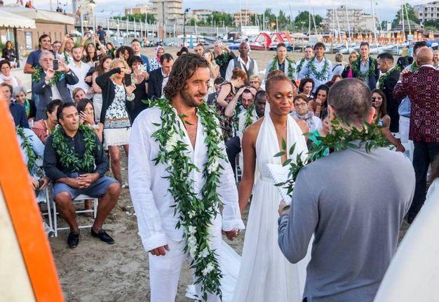 Matrimonio Spiaggia Rimini : Kelly joyce matrimonio da star in mezzo al mare cronaca