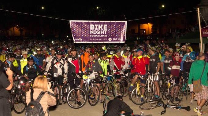La folla dei partecipanti al via della «Bike Night» da piazza Ariostea. Ottocento gli iscritti ufficiali
