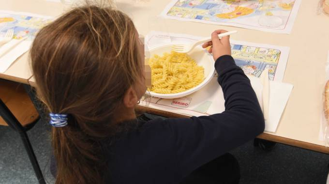 Una bimba pranza alla mensa scolastica
