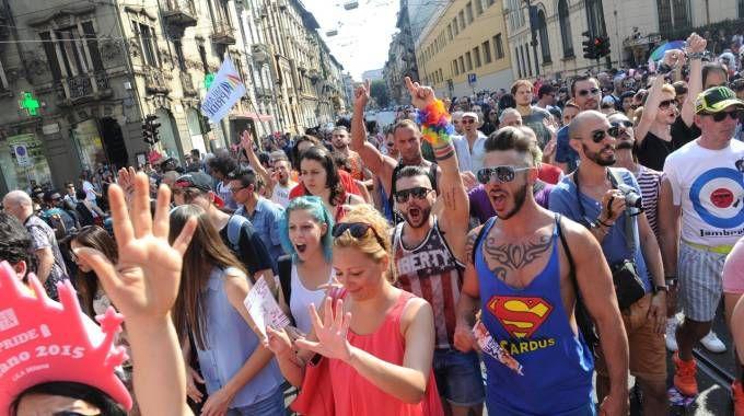 Giovani in corteo durante un gay pride
