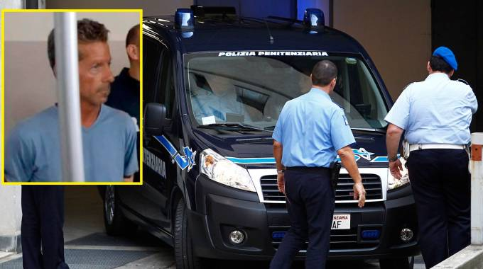 Massimo Giuseppe Bossetti, nel riquadro, arriva in tribunale sul blindato