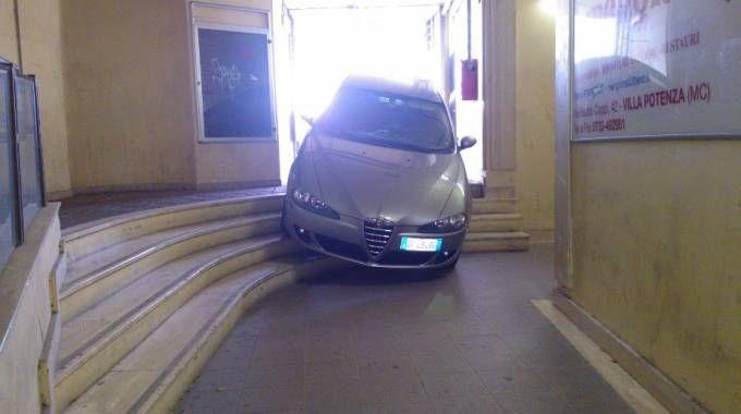 L'auto rimasta incastrata