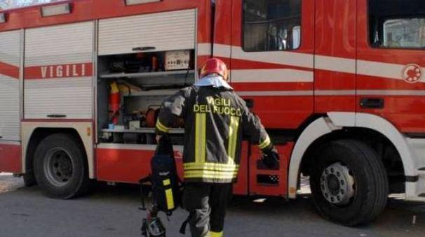 Vigili del fuoco al lavoro tra via Donica e via dei Mille a Santa Croce