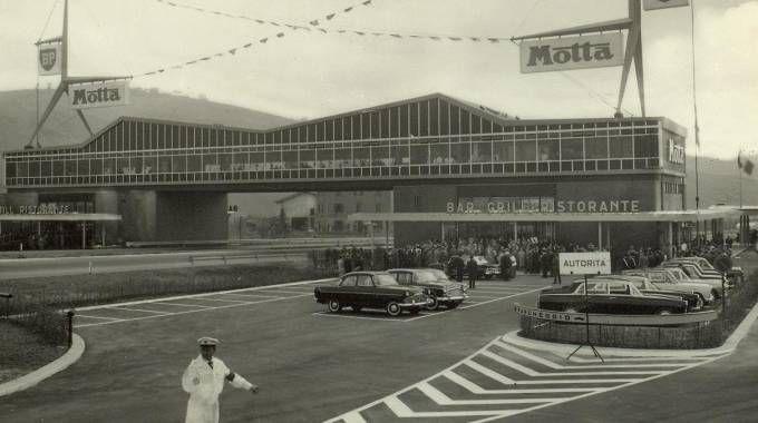 L'autogrill Cantagallo, vicino Bologna, in un'immagine del 1961