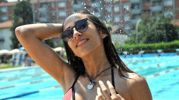 Una bella ragazza in piscina