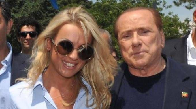 """Berlusconi stoppa i gossip: """"In crisi con Francesca? No anzi: quella villa è per noi due"""""""