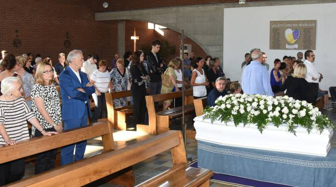 Le esequie nella chiesa di San Paolo Apostolo, alla presenza della vedova di Pavarotti, Nicoletta Mantovani