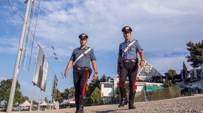 I carabinieri fuori dalla discoteca Cocoricò di Riccione