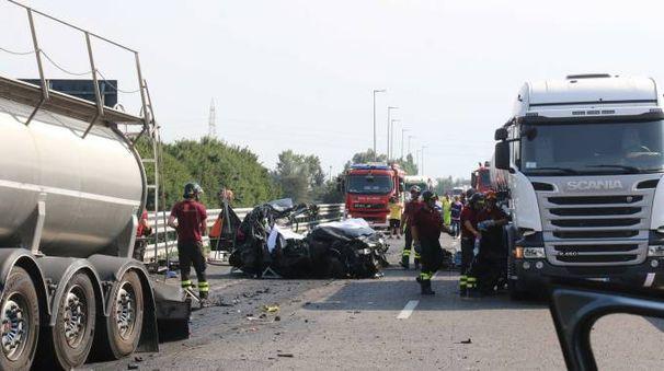 Tragico incidente a Cremona, muoiono un camionista di Avenza e una donna di Leno