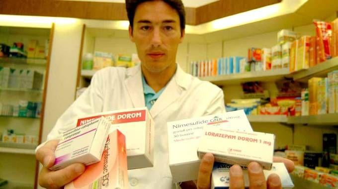 Una farmacia. Polemica per i sacchetti a pagamento (Radaelli)
