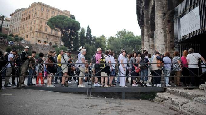 Turisti in fila (Insidefoto)