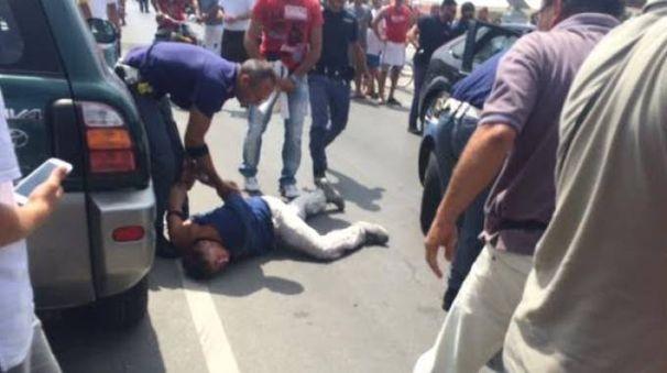 L'uomo bloccato a Lido di Camaiore (Foto Alessandro Santini)