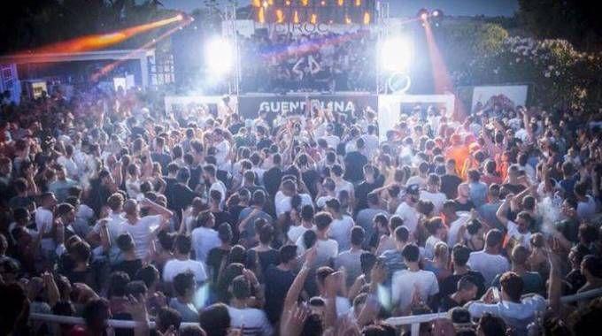 SBALLO La discoteca Guendalina di Santa Cesarea Terme A destra, Lamberto Lucaccioni (Ansa)TRAGEDIA Lorenzo Toma,  il ragazzo  di 19 anni morto dopo una serata trascorsa  in discoteca, in una foto  del suo profilo Facebook