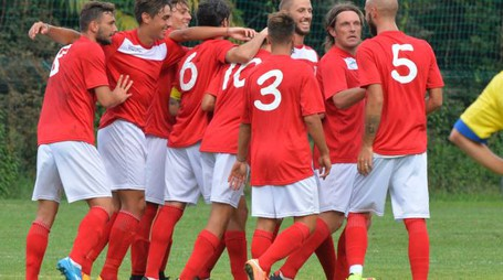 Il Varese Calcio esulta a Stresa per la prima vittoria della rifondazione