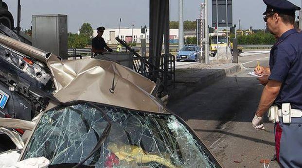 Le macchine distrutte al casello dell'A-14 di Cotignola (foto Zani)
