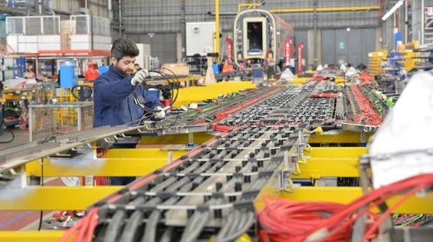 Operaio al lavoro nello stabilimento di una fabbrica
