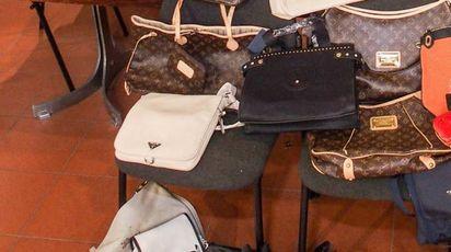 Un sequestro di borse contraffatte (Foto Bove)