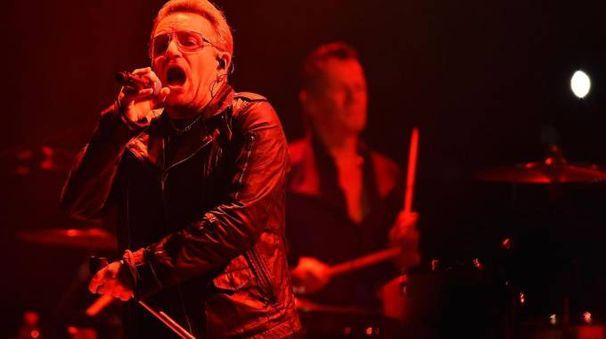 Bono durante il concerto degli U2 a Torino (Ansa)