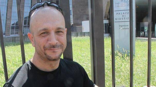 Maurizio Martigli incatenato al cancello del Palazzo di giustizia (Visintini/New Press Photo)