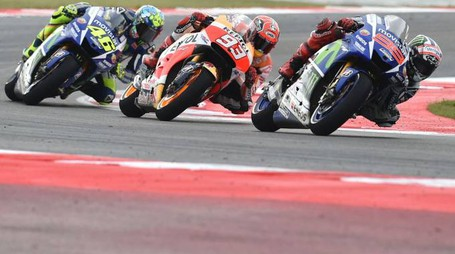 Movistar Yamaha MotoGP's Spanish rider Jorge Lorenzo rides ahead of Repsol Honda Team's Spanish rider Marc Marquez and Movistar Yamaha MotoGP's Italian rider  Valentino Rossi during the Moto GP race of the San Marino MotoGP, in Misano Adriatico on September 13, 2015.  AFP PHOTO / ALBERTO PIZZOLI
