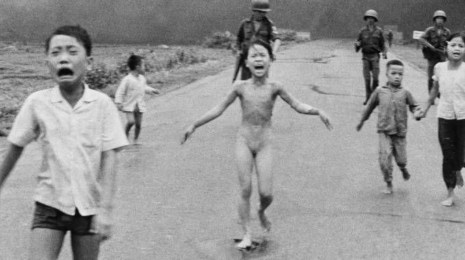 La storica foto di Mick Ut  che ritrae Kim Phuc,  la bimba bruciata dal napalm l'8 giugno 1972 in Vietnam