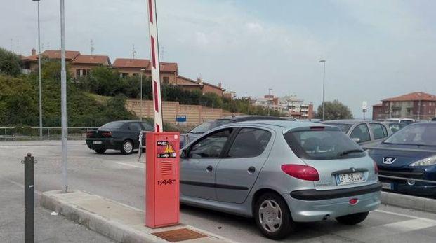 Ancona, parcheggio dell'ospedale Torrette: sbarre alzate