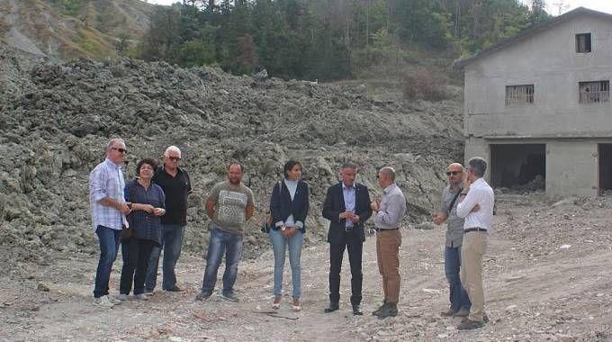 Gli abitanti con al centro il sindaco Lucchi
