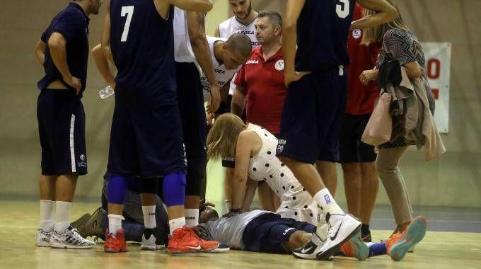 Il giocatore del Casalpusterlengo, Alessandro Pagani, viene soccorso dopo il grave malore (Ansa)