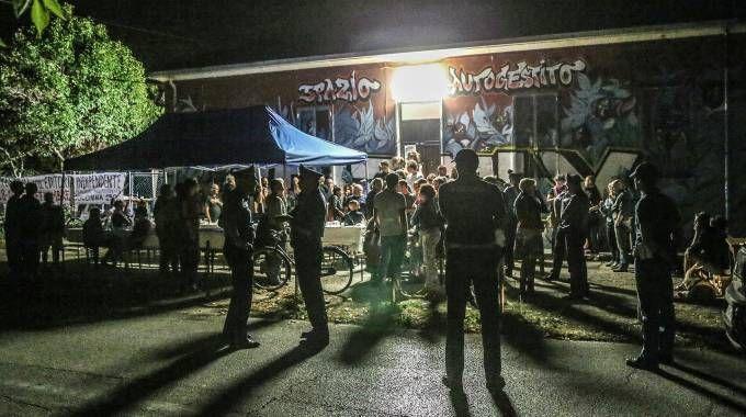 L'arrivo della polizia al centro sociale 'Grizzly'