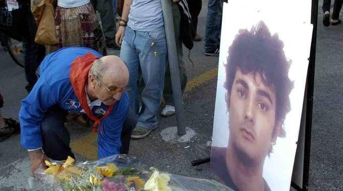 Un pensionato lascia un mazzo di fiori in via Ippodromo a poca distanza dove è morto Federico Aldrovandi (foto Businesspress)