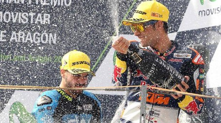 epa04952109 Portuguese Moto3 rider Miguel Oliveira (R) of the Red Bull KTM Ajo team celebrates on the podium after winning the Moto3 race of the Motorcycling Grand Prix of Aragon at Motorland circuit in Alcaniz, Spain, 27 September 2015. Oliveira won ahead of third placed Italian rider Romano Fenati (L) of the Sky Racing Team VR46.  EPA/JAVIER CEBOLLADA