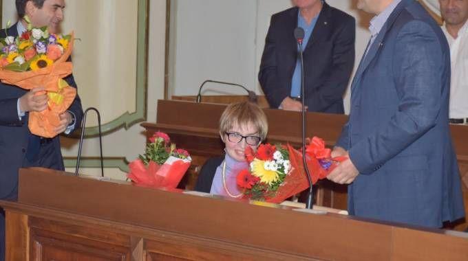 Elena salutata dal sindaco Massimo Depaoli e da mazzi di fiori
