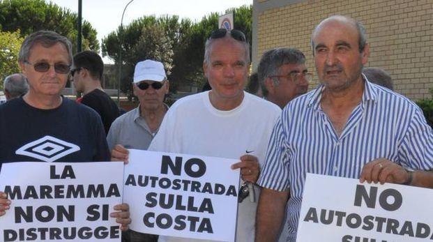 PROTESTA Una delle tante manifestazioni di questi anni contro la realizzazione dell'autostrada Tirrenica al posto della vecchia Aurelia