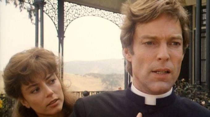 CLASSICO Una scena della serie  televisiva  «Uccelli  di rovo»  (1983) che racconta la storia d'amore proibita tra la giovane Meggie Cleary e il sacerdote Ralph de Bricassart
