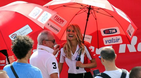 22-06-14 Misano Adriatico - Campionato del Mondo FIM world championship Super Bike SBK - Ombrelline ragazze immagine / Photo PETRANGELI