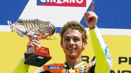 20020602-MUGELLO (SCARPERIA)-SPR: GRAN PREMIO D'ITALIA DI MOTOCICLISMO-MOTO GP. L'italiano Valentino Rossi, alza la coppa e festeggia sul podio, la sua vittoria nella categoria MotoGP.             CLAUDIO ONORATI/ANSA/on