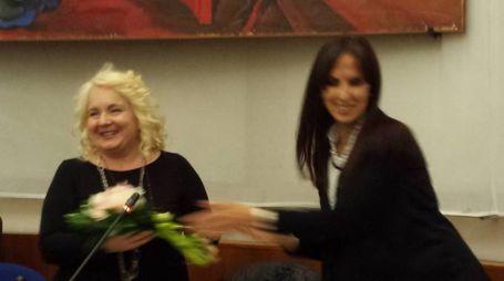 La neo presidente Rosetta Fulvi riceve i fiori dalla vice presidente Barbara Brunori