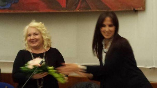 Rosetta Fulvi riceve un mazzo di fiori dal vice presidente Barbara Brunori