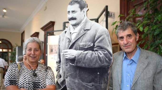 Carlotta e Alberto Guareschi a una mostra sul papà Giovannino