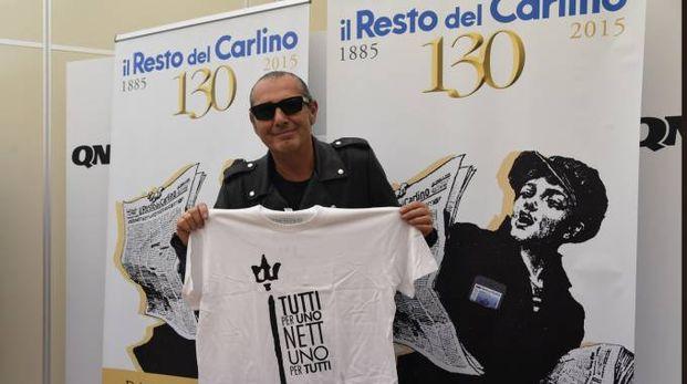 Luca Carboni al Carlino con la maglietta dedicata al Nettuno (FotoSchicchi)