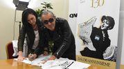 Luca Carboni firma la maglietta dedicata al Nettuno (FotoSchicchi)