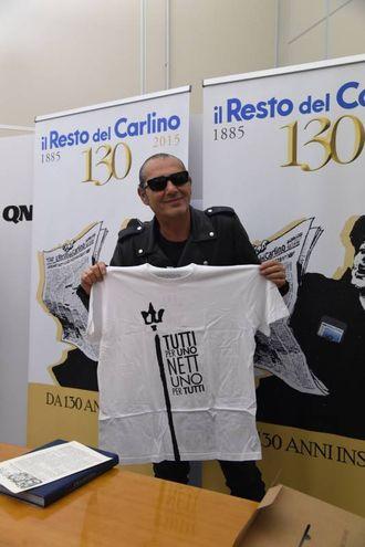 Luca Carboni con la maglietta dedicata al Nettuno (FotoSchicchi)