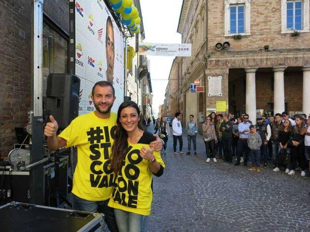 I tifosi si preparano in piazza della Repubblica a Urbino (Foto di Tiziano Mancini)