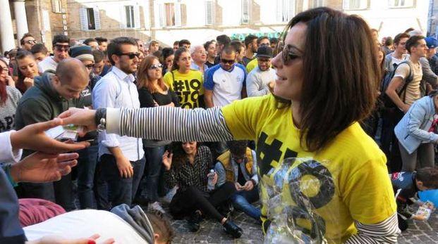 Gadget per tutti in piazza della Repubblica (Foto di Tiziano Mancini)