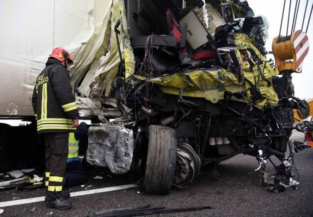 tragico incidente in a13, un morto e un ferito: le immagini dello